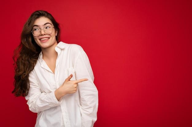 Schöne glückliche lächelnde brünette frau mit weißem hemd und optischer brille sexy sorglose frau