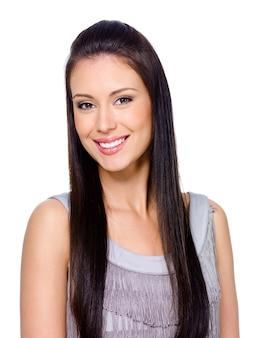 Schöne glückliche lächelnde junge frau mit dunklem langem glattem haar