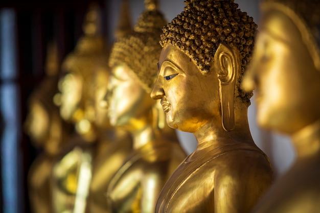 Schöne goldene buddha-statuen am buddhistischen tempel