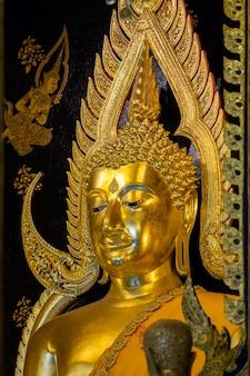 Schöne goldene buddha-statuen bei wat phra si rattana mahathat in phitsanulok, thailand.