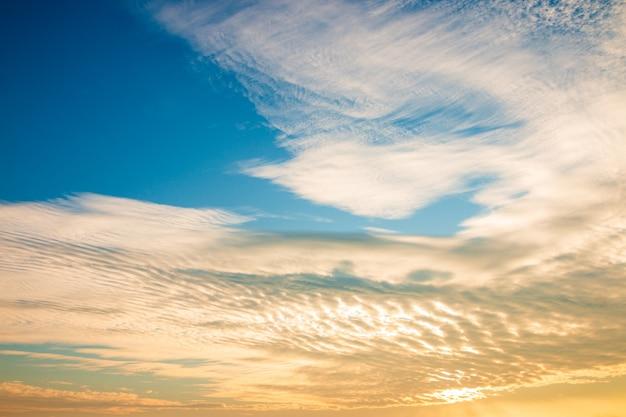 Schöne goldene himmelwolke mit sonnenuntergang. schöner himmel .