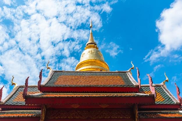 Schöne goldene pagode bei wat phra that hariphunchai populärer tempel bei lamphun thailand