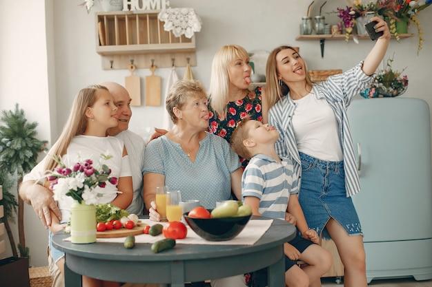 Schöne große familie bereiten lebensmittel in einer küche zu