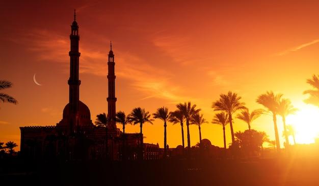 Schöne große islamische moschee am sonnenuntergangshimmel