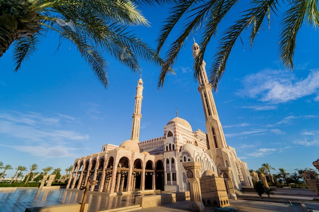 Schöne große islamische moschee mit blauem himmel