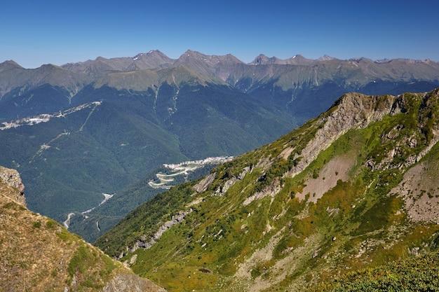 Schöne grüne berglandschaft mit strahlend blauem himmel. nordkaukasus.