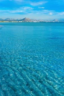 Schöne grüne insel im blauen ozean