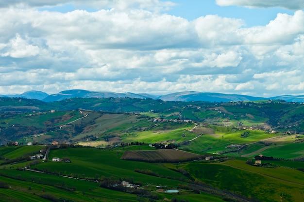 Schöne grüne, üppige landschaft