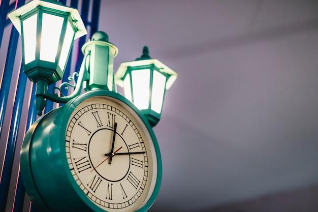 Schöne grüne vintage-uhrenlampe