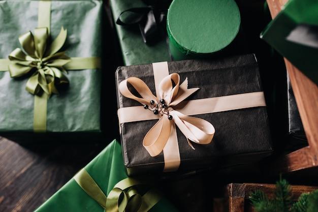 Schöne grüne weihnachtsdekorationen und geschenke unter dem weihnachtsbaum