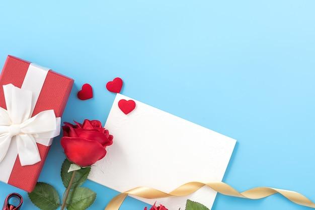 Schöne grußeinladungskarte, konzept von muttertag, valentinstag, jahrestag und geburtstag lokalisiert auf blauem farbhintergrund, kopienraum, draufsicht, flache lage