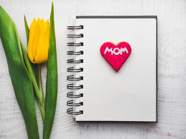 Schöne grußkarte mit dem wort mom