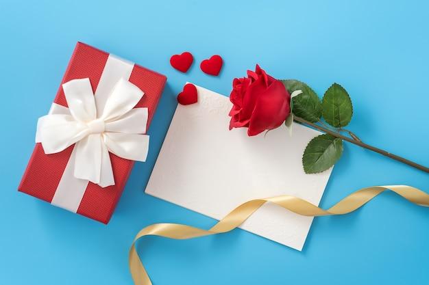 Schöne grußkarte mit goldenem band für valentinstag oder jubiläum flatlay