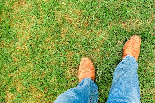 Schöne hände der beine eines cowboys im park auf natur