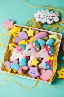 Schöne, helle, gemusterte lebkuchenplätzchen für den feiertag in einer geschenkbox