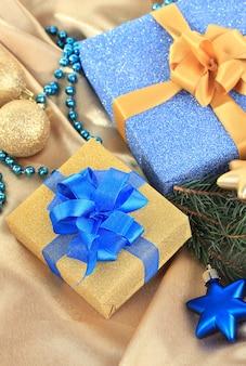 Schöne helle geschenke und weihnachtsdekoration, auf seidentuch