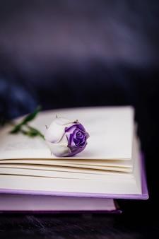 Schöne hellviolette eustoma blume und buch