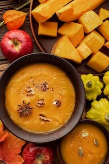 Schöne herbstanordnung kürbisscheiben und suppe