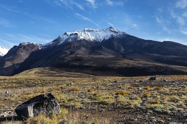 Schöne herbstansicht des vulkans im hintergrund des blauen himmels