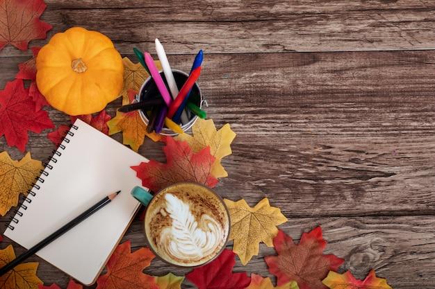 Schöne herbstdekoration der draufsicht mit tasse kaffee, ahornblätter