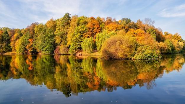 Schöne herbstlandschaft mit roten bäumen durch den see tsaritsyno, moskau