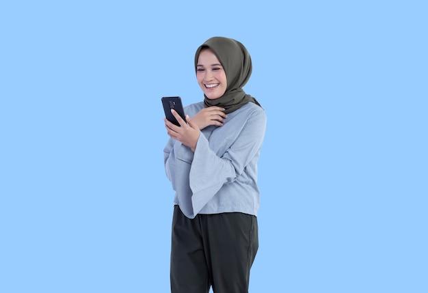 Schöne hijab-frau, die einen videoanruf mit einem lächelnausdruck macht