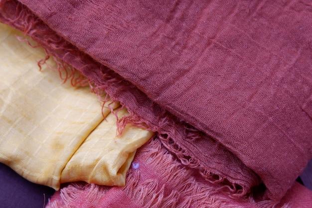 Schöne hijab-stoff-hintergrundtextur, nahaufnahme von muslimischer damenbekleidung, kaffee-fotoraum