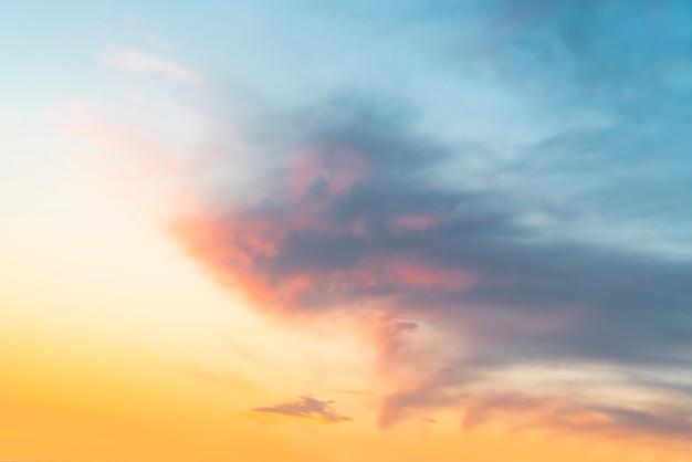 Schöne himmel-und sonnenuntergang-naturlandschaft
