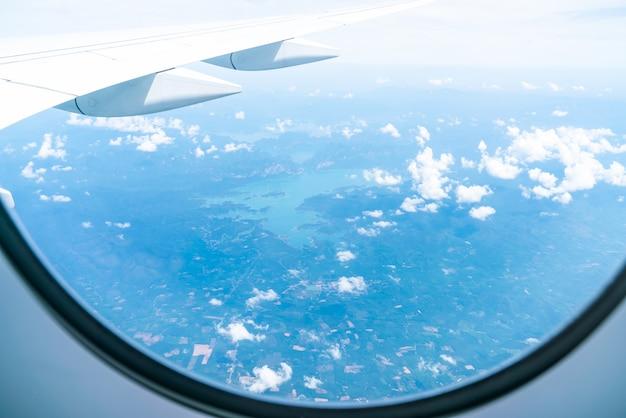 Schöne himmelsansicht vom flugzeugfenster
