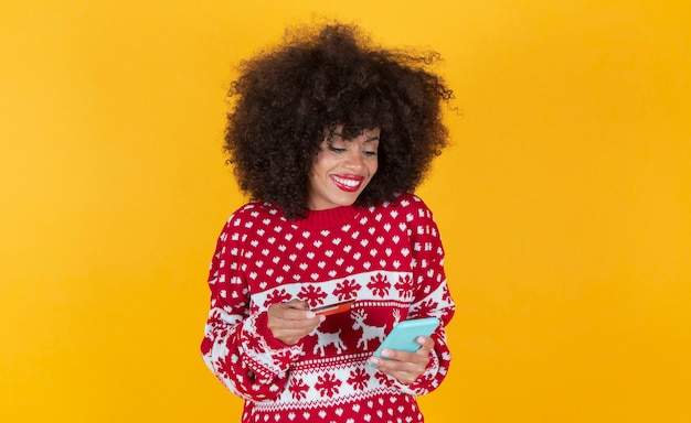 Schöne hispanische lateinische frau, weihnachten, online einkaufen gelber hintergrund