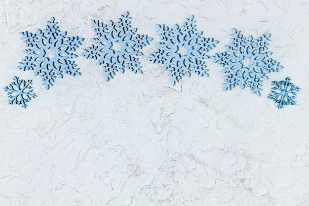Schöne hölzerne schneeflocken für weihnachten oder neujahr