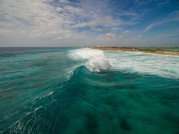 Schöne hohe winkellandschaft des ozeans nach dem hurrikan in bonaire, karibik