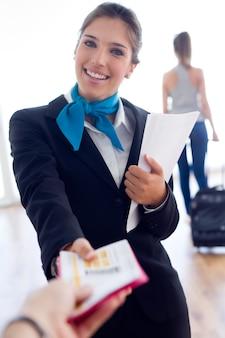 Schöne hostess, die im flughafen arbeitet.