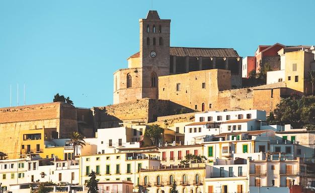 Schöne ibiza-stadt, stadtansicht am morgen, spanien