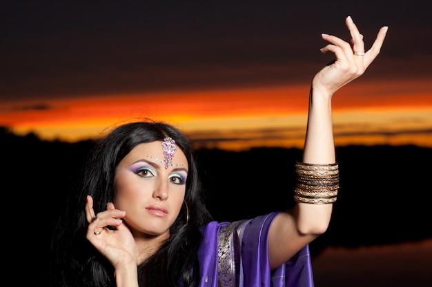 Schöne indische frau mit traditioneller mode