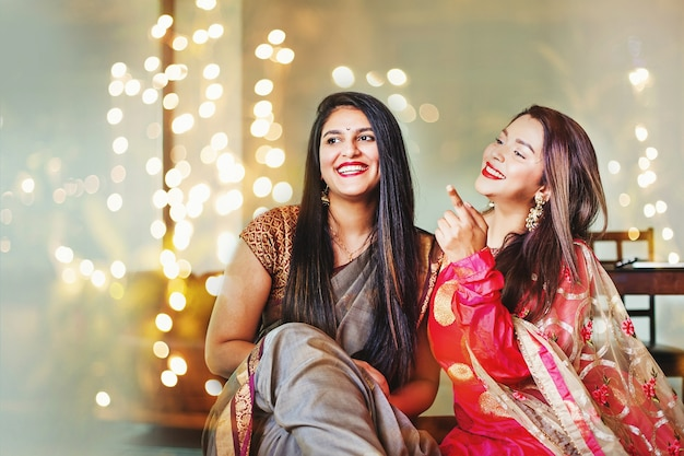 Schöne indische frauen in festlichen outfits