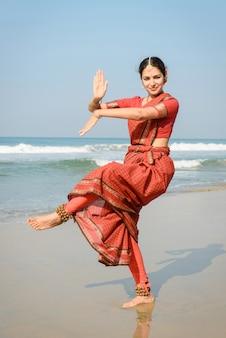 Schöne indische tänzerin in traditioneller kleidung