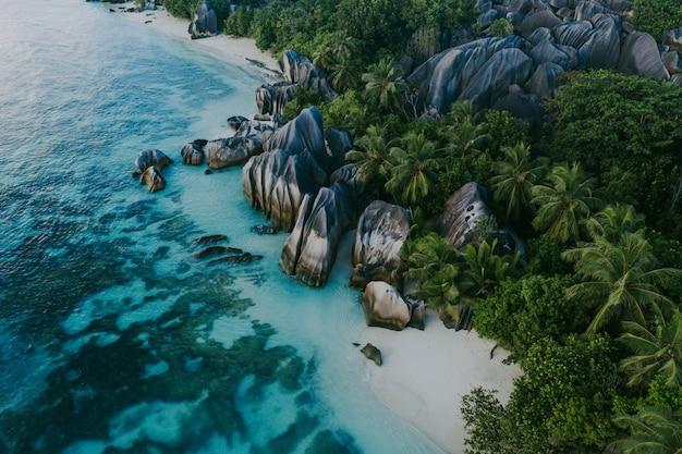 Schöne insel auf den seychellen. la digue, anse d'argent strand mit luftaufnahme
