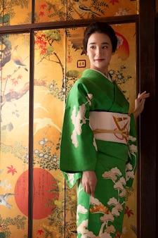 Schöne japanerin in einem grünen kimono