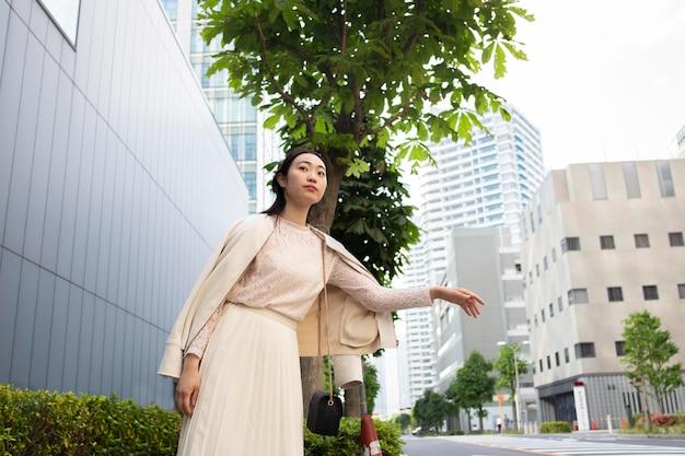 Schöne japanerin in einem weißen rock