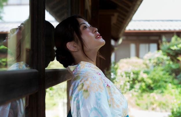 Schöne japanische frau, die einen traditionellen kimono trägt