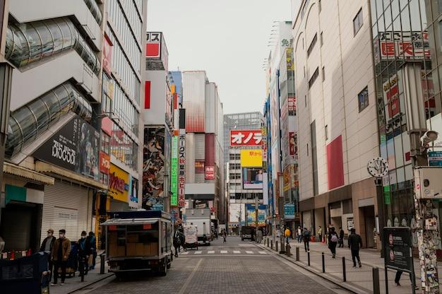 Schöne japanische stadt mit leuten, die gehen