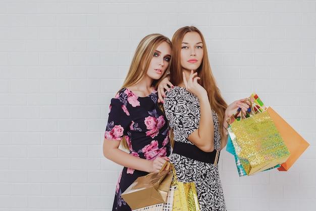 Schöne jugendlich mädchen, die einkaufstaschen tragen