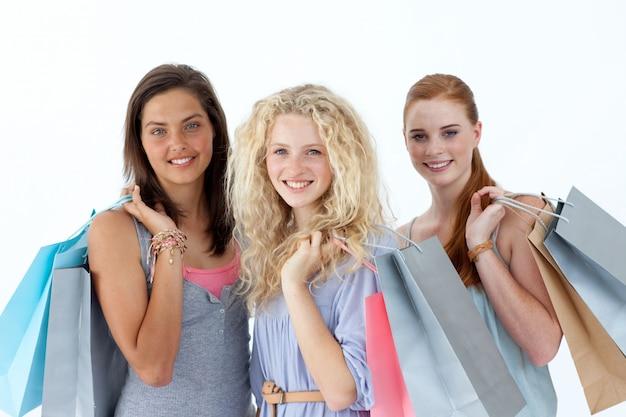 Schöne jugendliche mit einkaufstaschen