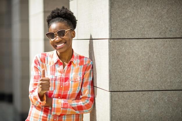 Schöne junge afrikanische frau in der sonnenbrille