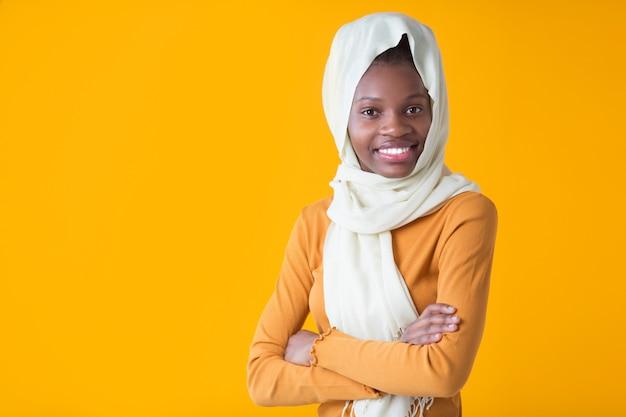 Schöne junge afrikanische frau mit einem muslimischen schal auf dem kopf