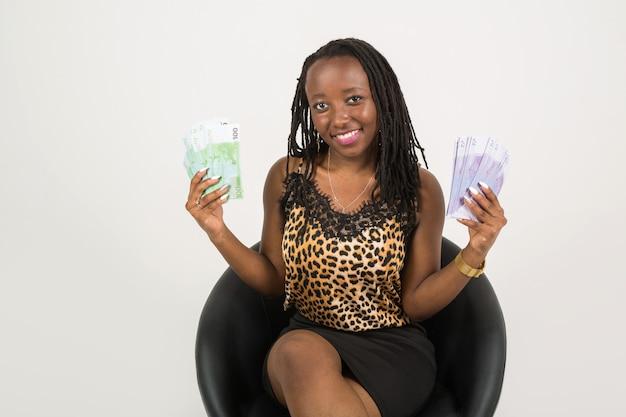 Schöne junge afrikanische frau mit euro-geld