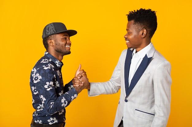 Schöne junge afrikanische männer auf gelbem hintergrund