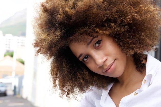 Schöne junge afroamerikanerfrau mit afro