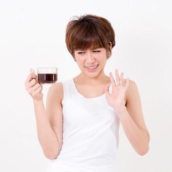 Schöne junge asia frau mag keinen kaffee
